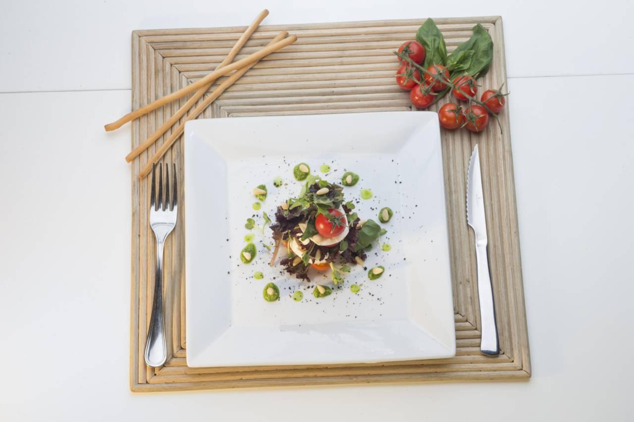 presentacion Ensalada capresse con mozarella y tomates cherry