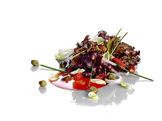 Gazpacho de fresas con buqué aliñado de lollo rosso