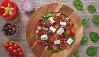 Ensalada de espinaca con cherry, queso, cebolla y pimiento rojo